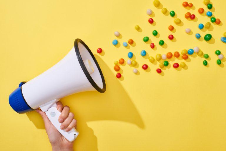 employer banding, social media, od czego zacząć, kobieta trzymająca megafon, kolorowe cukierki,
