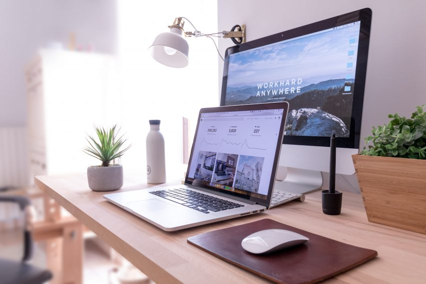 social selling, fakty, mity, laptop i mintor na biurku