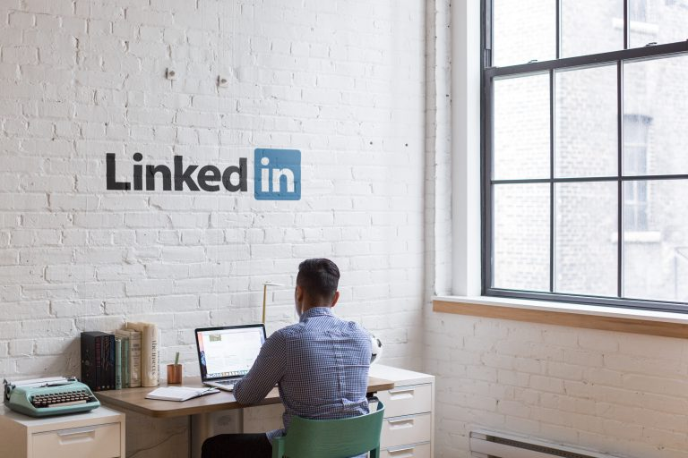 Pro, LinkedIn, Sales Navigator, tablet, mężczyzna przy biurku