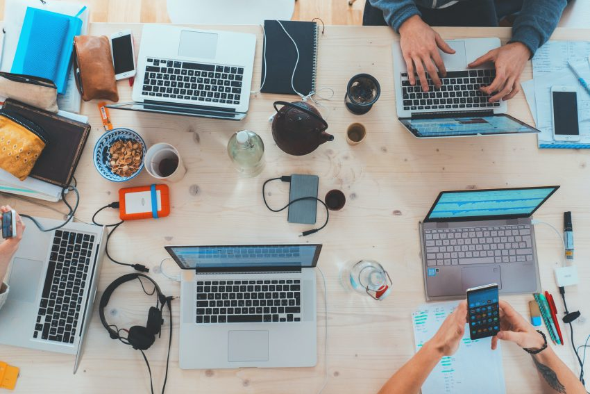 social selling, fakty, mity, laptopy na stole