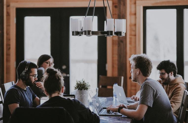 employee advocacy, działania ambasadorów, optymalizacja, ludzie przy stole,