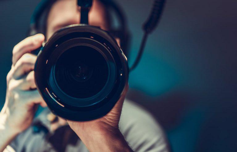 5 błędów, budowa marki osobiste, social media, obiektyw, mężczyzna z aparatem