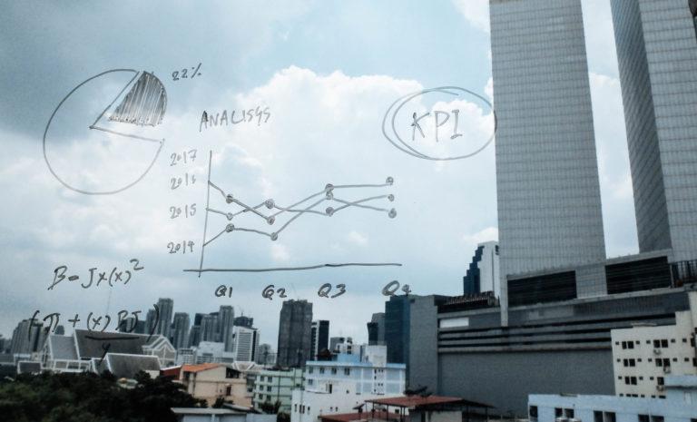 KPI obliczenia napisane markerem na szybie