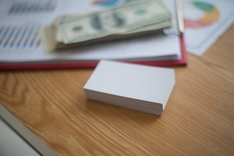 Sales Navigator stos wizytówek leży na biurku