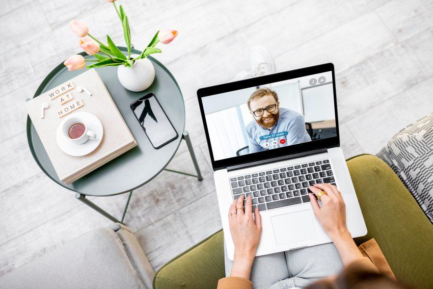 szkolenie online kobieta siedzi na fotelu i przeprowadza wideorozmowę
