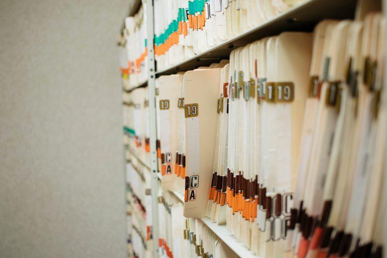 Sales Navigator archiwum teczki z dokumentami na regale
