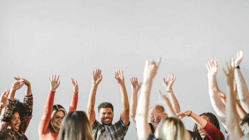 Connected Economy grupa ludzi unosi ręce do góry