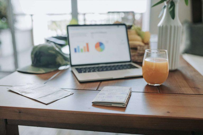 linkedin, kampania płatna, krok po kroku, laptop na biurku
