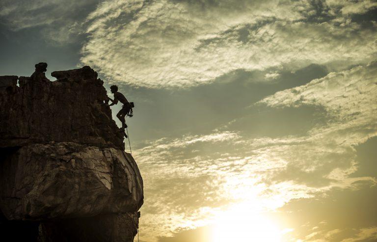 social selling człowiek wspina się na skałę