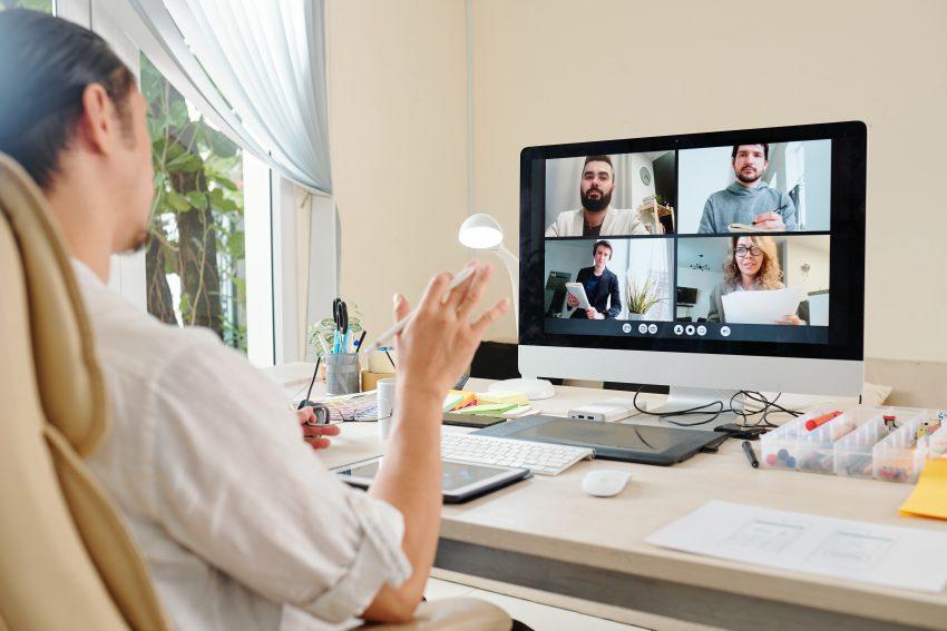 kurs online kobieta siedszi przy biurku i prowadzi wideorozmow
