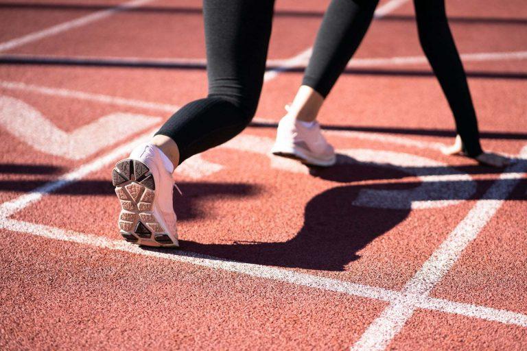 LinkedIn sportowiec startuje do biegu na bieżni