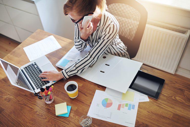 social marketing kobieta pracuje przy biurku na laptopie