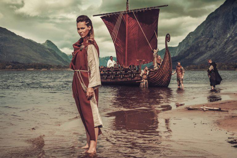 Connected Economy kobieta wiking na tle łodzi