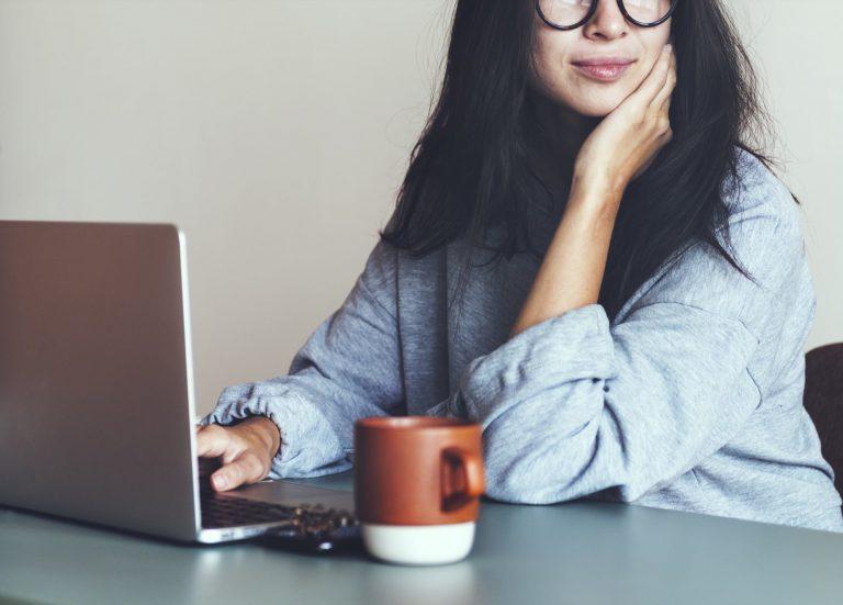 employee advocacy, jak skutecznie rozwijać kompetencje cyfrowe, kobieta przy komputerze z kawą