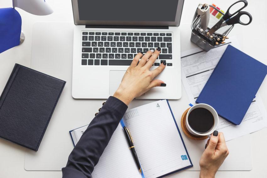 sieć kontaktów kobieta pracuje przy laptopiez kawą