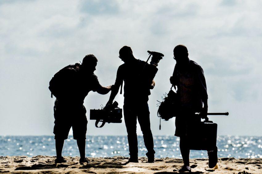 spot wizerunkowy ekipa wideo z kamerami na tle morza