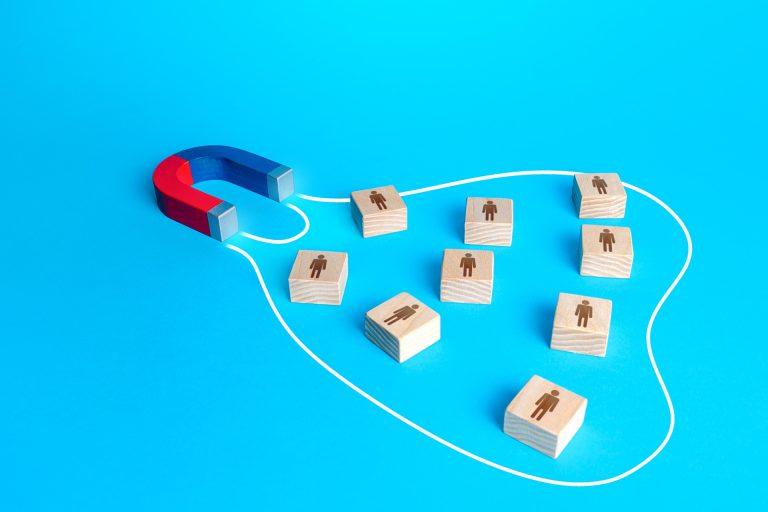 lead magnet magnes przyciąga kafelki z ludzikami